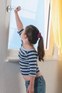 Kind öffnet Fenster 2